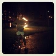 Even luisteren naar de muziek bij de lichtjes in het park